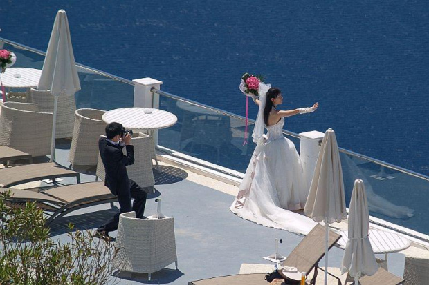 Panna młoda z Japonii, na greckiej wyspie, po obejrzeniu amerykańskiego filmu #Grecja#widoki#architektura#ludzie