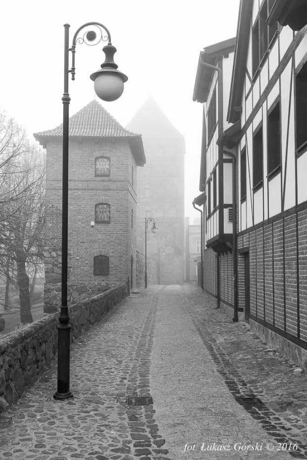 Miasto mgieł #mgła #mgliste #Chojnice #mur #baszta #miasto #mgieł