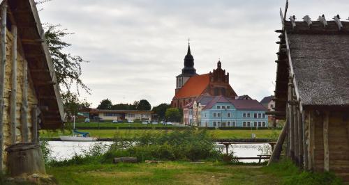 spojrzenie na Wolin zza strzech Osady - Centrum Słowian i Wikingów